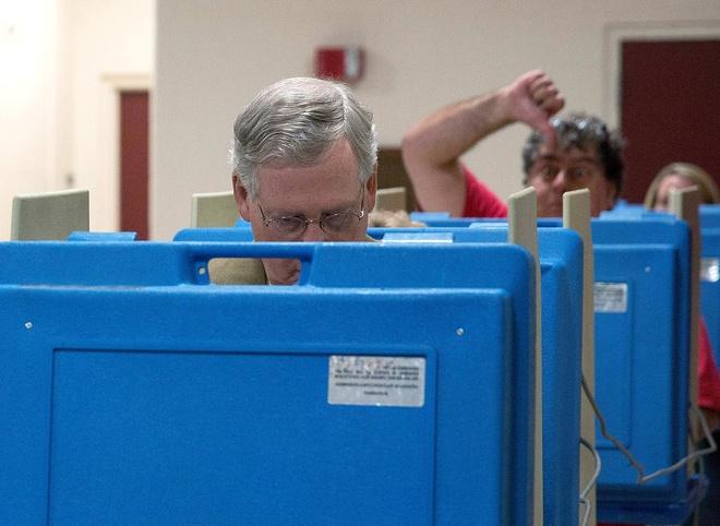 Obama om y ta goc Viet la khoanh khac an tuong 2014 cua My hinh anh 8 Một cử tri ra dấu hiệu phản đối Thượng nghị sĩ Mitch McConnell trong lúc vị lãnh đạo phe thiểu số ở Thượng viện bỏ phiếu trong cuộc bầu cử giữa nhiệm kỳ hồi đầu tháng 11/2014. Ảnh: AFP
