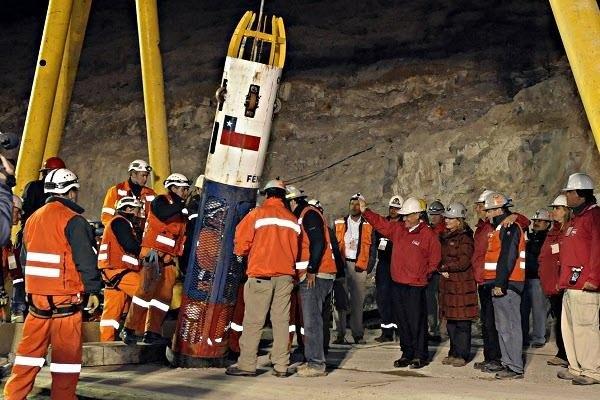 Cach giai cuu tai nan ham mo va phep mau 2010 hinh anh 1 Khoang cứu hộ được đưa xuống lòng đất trong chiến dịch giải cứu ở Chile năm 2010.  Ảnh: CSMonitor