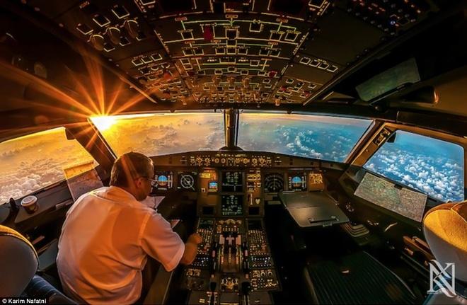 Mot ngay cang thang cua phi cong trong buong lai hinh anh 1 Trong ảnh là bên trong buồng lái của một hãng hàng không ở Dubai (Các tiểu vương quốc Ả rập thống nhât), người chụp là anh Karim Nafani, cũng chính là phi công của hãng.  Ảnh: Daily Mail