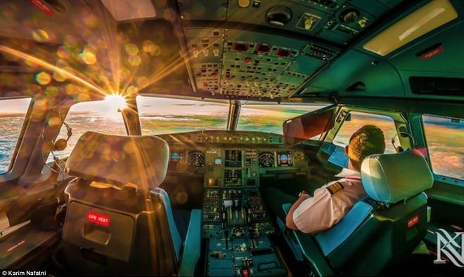 Mot ngay cang thang cua phi cong trong buong lai hinh anh 2 Máy bay của anh Karim đang trên đường tới Chittagong ở Bangladesh. Lúc này máy bay đạt độ cao 37.000 feet (m) so với mực nước biển. Ảnh: Daily Mail