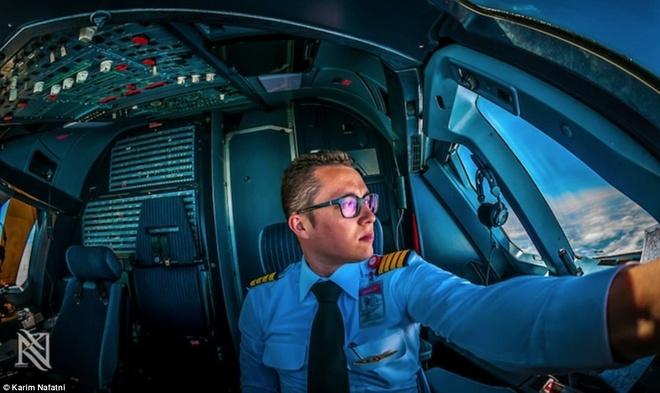 Mot ngay cang thang cua phi cong trong buong lai hinh anh 4 Phi công Karim bên bàn điều khiển trong buồng lái. Gần như tất cả các hãng hàng không ngày nay đều sử dụng chương trình lái tự động.