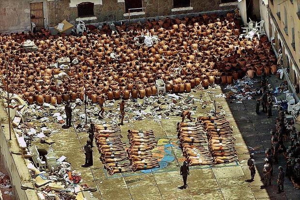 Nhung vu tham sat tu nhan kinh hoang trong trai giam hinh anh 1 Cảnh sát trấn áp những người tù nổi loạn tại nhà tù Carandiru năm 1992. Nhà tù đóng cửa vào năm 2002. Ảnh: The Times