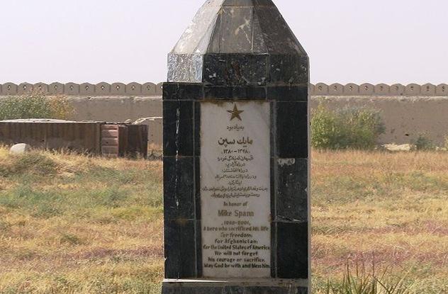 Nhung vu tham sat tu nhan kinh hoang trong trai giam hinh anh 2 Bia tưởng niệm nhân viên CIA Mike Spann thiệt mạng trong cuộc nổi dậy của tù nhân ở nhà tù Qala-i-Jangi, Afghanistan. Ảnh: Wikipedia
