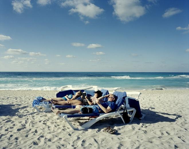 Cuoc song doi thuong o Cuba khi bi My cam van hinh anh 10 Du khách nằm nghỉ ngơi bên một bãi biển ở khu nghỉ dưỡng Varadero thuộc tỉnh Matanzas, gần đó là sân golf 18 lỗ duy nhất của Cuba.
