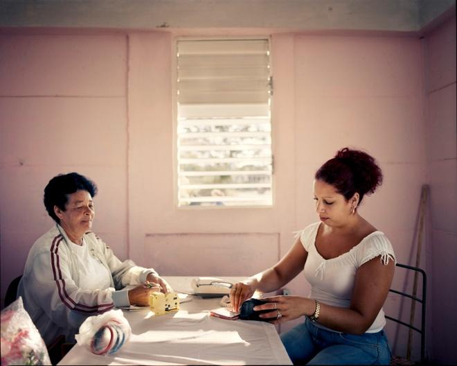 Cuoc song doi thuong o Cuba khi bi My cam van hinh anh 14 Một phụ nữ trả tiền sau khi gọi điện thoại tại quầy ở thị trấn Pedro Pi. Thị trấn chỉ có duy nhất chiếc điện thoại này để phục vụ nhu cầu liên lạc của người dân.