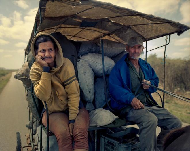 Cuoc song doi thuong o Cuba khi bi My cam van hinh anh 15 Ông Ricardo Rodriguez (phải) mỗi ngày phải đi gần 50 cây số đến thị trấn Ceres để mua than củi, sau đó đem về bán lại tại thị trấn Cardenas, gần với khu nghỉ dưỡng Varadero ở tỉnh Matanzas.