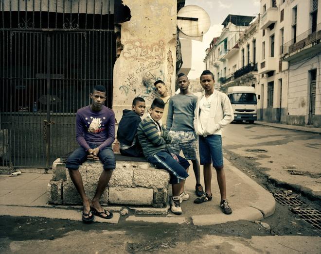 Cuoc song doi thuong o Cuba khi bi My cam van hinh anh 2 Một nhóm thanh niên ở thủ đô Havana, họ để kiểu tóc theo những thần tượng các ngôi sao bóng đá.