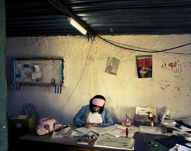 Cuoc song doi thuong o Cuba khi bi My cam van hinh anh 18 Cô Ormiles Lores Rodriguez, 40 tuổi, là kế toán tại trang trại hợp tác xã Grito de Baire. Cô cho biết mức lương của nông dân đã cải thiện, và họ sẽ được thưởng thêm theo quý nếu đạt chỉ tiêu đề ra.