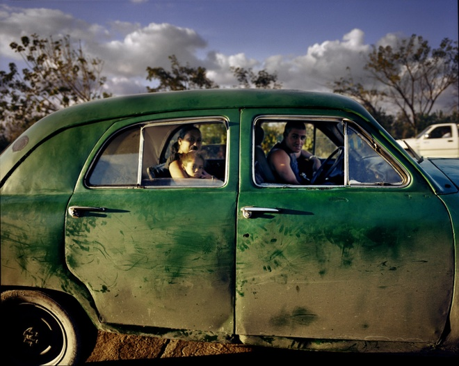 Cuoc song doi thuong o Cuba khi bi My cam van hinh anh 19 Do lệnh cấm vận nên người dân Cuba không thể mua xe ô tô đời mới. Chiếc xe đã cũ nhưng người tài xế khẳng định nó có thể đạt vận tốc 160 km/giờ.