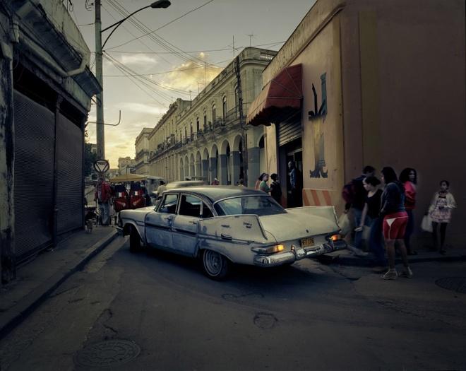 Cuoc song doi thuong o Cuba khi bi My cam van hinh anh 20 Một chiếc xe cổ đi trên đường ở thủ đô Havana lúc chạng vạng.