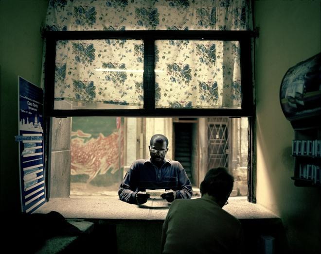 Cuoc song doi thuong o Cuba khi bi My cam van hinh anh 3 Ông Carlos, 62 tuổi, làm nghề thợ hàn. Ông đang mua thuốc lá tại một quán ăn thuộc quản lý nhà nước.