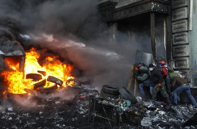 Cuộc khủng hoảng chính trị tại Ukraine bùng phát vào tháng 10/2013 khi người dân nước này phản đối quyết định của chính phủ trong việc hoãn đàm phán với Liên minh châu Âu (EU) trong cuộc biểu tình mang tên Maidan. Hàng loạt vụ biểu tình chuyển thành bạo động trong tháng 1/2014 sau khi luật chống biểu tình bắt đầu có hiệu lực. Trong hình là lính cứu hỏa phun nước vào đám đông biểu tình ngày 23/1.