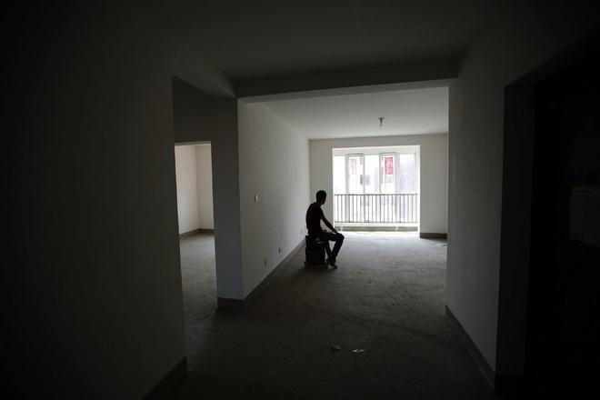 Một người đàn ông ngồi thẫn thờ trong căn phòng trống tại Thiên Tân, Trung Quốc sau khi nghe tin vợ tương lai của anh đã mất tích bí ẩn cùng chuyến bay MH370 của hãng Malaysia Airlines hồi tháng 3. Anh từng háo hức lên kế hoạch trang trí căn phòng này với mong ước về một cuộc hôn nhân hạnh phúc với người con gái anh yêu.
