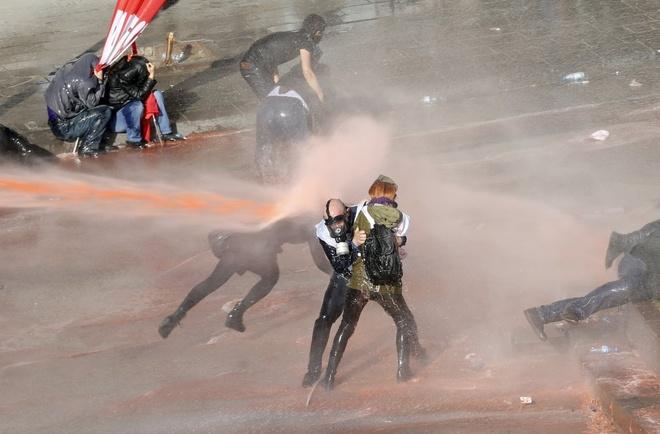 Nhung buc anh khong the quen trong nam 2014 hinh anh 2 Trong cuộc biểu tình hồi tháng 2 tại thành phố Ankara, Thổ Nhĩ Kỳ, nhằm chống đảng AKP cầm quyền của Thủ tướng Tayyip Erdogan, cảnh sát chống bạo động sử dụng hơi cay và vòi rồng để giải tán những người quá khích.