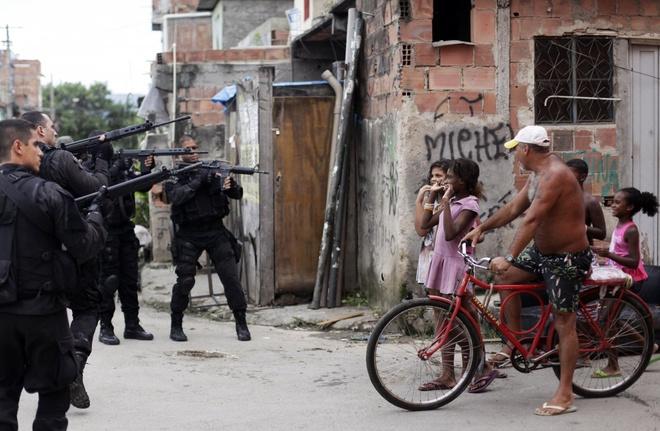 Nhung buc anh khong the quen trong nam 2014 hinh anh 5 Brazil triển khai lực lượng quân đội tới các khu ổ chuột ở Rio de Janeiro nhằm trấn áp các vụ phạm tội liên quan tới ma túy và các băng đảng trước thềm World Cup 2014.