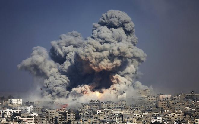 """Những cột khói bốc lên cao sau một cuộc tấn công của quân đội Israel tại dài Gaza ngày 29/7. Kể từ hôm 8/7, Israel khởi động chiến dịch """"Bảo vệ biên giới"""" tại dải Gaza. Hàng loạt vụ ném bom và nã súng đã diễn ra giữa quân đội Israel và Hamas trong 7 tuần. Các vụ đối đầu trên mặt đất đã cướp mạng sống của 2.200 người."""