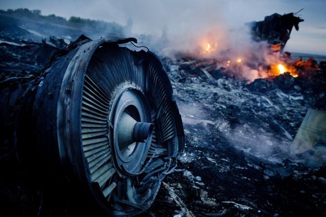 Nhung buc anh khong the quen trong nam 2014 hinh anh 7 Ngày 17/7, máy bay mang mã hiệu MH17 của hãng hàng không Malaysia Airlines trong lộ trình từ Amsterdam đến Kuala Lumpur đã bị bắn rơi khi bay qua không phận Ukraine trong bối cảnh các cuộc giao chiến giữa phe ly khai và quân đội chính phủ diễn ra căng thẳng. Vụ tai nạn khiến toàn bộ 298 người trên máy bay thiệt mạng. Phương Tây nói rằng, họ có bằng chứng cho thấy lực lượng nổi dậy đã bắn hạ máy bay Boeing 777 bằng tên lửa SA-11, được phóng từ hệ thống Buk-M1 SAM, do nhầm lẫn. Sự kiện gây chấn động toàn thế giới khi mọi người còn chưa hết bàng hoàng sau vụ chuyến bay MH370 chở 239 người mất tích bí ẩn giữa Đại Tây Dương.