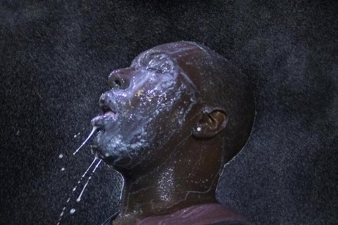 Người đàn ông trong bức hình phải dùng sữa để xoa dịu da mặt sau khi cảnh sát phun hơi cay vào nhóm người biểu tình ở thành phố Ferguson, bang Missouri, Mỹ, hôm 20/8. Biểu tình lan rộng tại hơn chục thành phố tại nước này nhằm phản đối quyết định không truy tố một cảnh sát da trắng bắn chết một thanh niên da đen ở Ferguson.