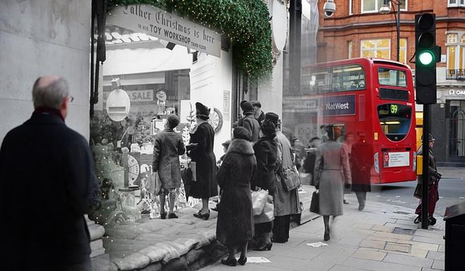 Giang sinh huyen ao o London ngay ay, bay gio hinh anh 1 Người ta xếp những bao cát trước một cửa hàng tại Selfridges, trên phố Oxford ở London trong Giáng sinh đầu tiên của người dân thành phố trong giai đoạn Thế chiến II. Nhiếp ảnh gia Peter Macdiarmid đã sử dụng kỹ thuật ghép độc đáo, đan xen giữa khung cảnh đón Lễ giáng sinh xưa và đường phố dịp Noel hôm nay, để tạo nên những bức ảnh sống động.