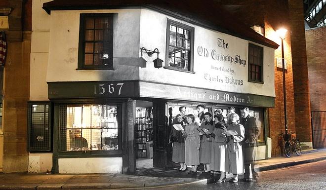 Giang sinh huyen ao o London ngay ay, bay gio hinh anh 4 Các sinh viên trường Cao đẳng King London hát mừng giáng sinh bên ngoài cửa hiệu Old Curiosity trên phố Portsmouth, ngày 12/12/1956.