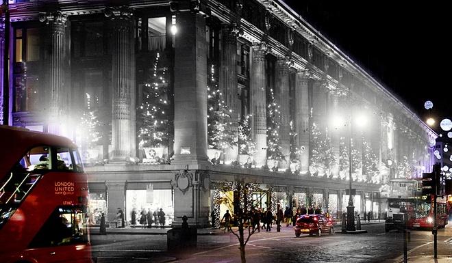 Giang sinh huyen ao o London ngay ay, bay gio hinh anh 9 Trung tâm thương mại Selfridges trên phố Oxford rực sáng đêm 6/12/1935. Sau hàng chục năm, cấu trúc cơ bản của tòa nhà vẫn còn nguyên vẹn.
