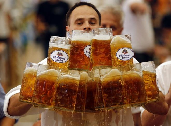 Nguoi Viet cho do cong kenh vao top anh ky thu nhat nam 2014 hinh anh 13 Anh Oliver Stuemfl, người Đức, đã lập kỷ lục thế giới mới khi mang 27 ly bia với tổng dung tích 1 lít và đi xa nhất: gần 40 mét. Kỷ lục xác lập vào ngày 7/9. Ảnh: Reuters