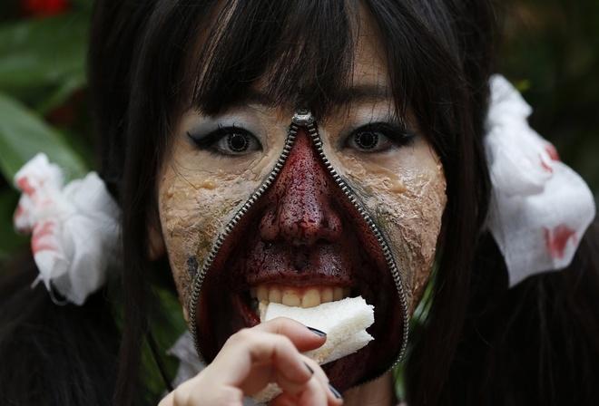 Nguoi Viet cho do cong kenh vao top anh ky thu nhat nam 2014 hinh anh 14 Một tạo hình ấn tượng của cô gái tham gia lễ hội Halloween ở Kawasaki, phía nam thủ đô Tokyo, vào ngày 26/10. Hơn 100.000 người đã đến tham gia sự kiện, khoảng 2.500 người hóa trang trong những bộ đồ ghê rợn. Ảnh: Reuters