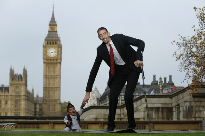 Nguoi Viet cho do cong kenh vao top anh ky thu nhat nam 2014 hinh anh 15 Cuộc hội ngộ của người đàn ông thấp nhất thế giới, Chandra Bahadur Dangi, và người cao nhất thế giới, Sultan Kosen, trong ngày kỷ niệm 60 thành lập Kỷ lục Guiness Thế giới tại London hôm 13/11/2014. Anh Kosen cao đến hơn 2,4 mét trong khi ông Dangi chỉ hơn 54 cm. Ảnh: Reuters