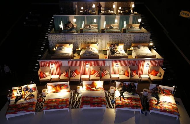 Nguoi Viet cho do cong kenh vao top anh ky thu nhat nam 2014 hinh anh 16 Người dân chờ xem một buổi chiếu phim tại khu phức hợp Kinostar De Lux Multiplex ở Nga hôm 7/12. Tòa nhà đã thay thế những ghế ngồi thông thường trong một rạp chiếu và xây nên những không gian riêng tư với giường ngủ. Ảnh: Reuters