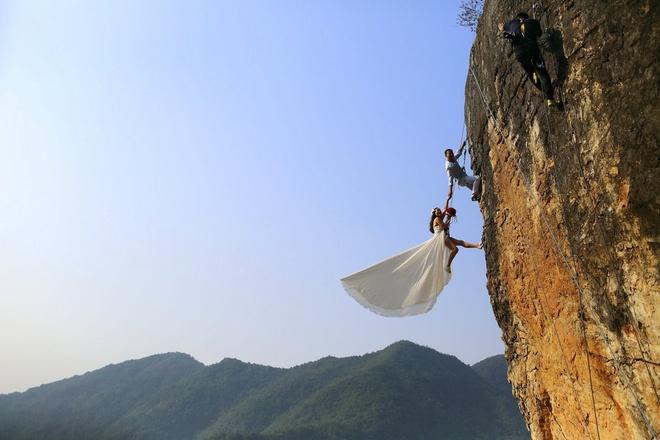 Nguoi Viet cho do cong kenh vao top anh ky thu nhat nam 2014 hinh anh 7 Anh Zheng Feng và người vợ sắp cưới chọn thực hiện bộ ảnh cưới táo bạo trong chuyến leo núi ở thành phố Kim Hoa, tỉnh Chiết Giang, Trung Quốc. Ảnh: Reuters