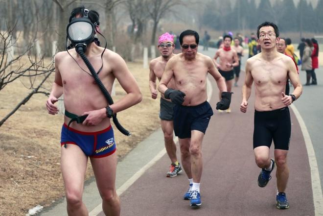 Nguoi Viet cho do cong kenh vao top anh ky thu nhat nam 2014 hinh anh 2 Một người Trung Quốc đeo mặt nạ bảo hộ khi tham gia cuộc thi chạy tại một công viên ở Bắc Kinh hồi tháng 2/2014. Cuộc thi nhằm khuyến khích người dân xây dựng lối sống lành mạnh và thân thiện môi trường. Bắc Kinh đã phát mức cảnh báo màu da cam về ô nhiễm không khí trong khoảng thời gian này.