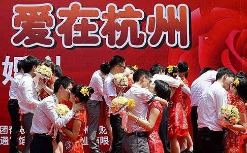 Các cặp đôi tham dự một lễ cưới tập thể ở Hàng Châu. Ảnh: Reuters
