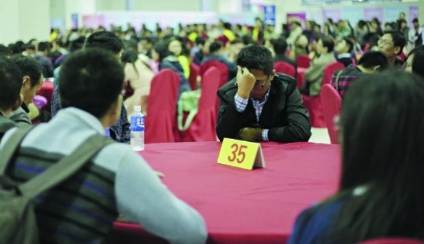 Thanh niên Trung Quốc tại một hội chợ tìm người yêu. Ảnh: SCMP