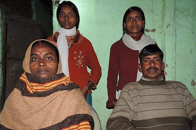 Tam su chu re tai thi tran co tuc cuop chong hinh anh 3 Anh Manoj Shah bị bắt cóc và ép buộc phải kết hôn với người vợ (trái). Họ chung sống với nhau đã hơn 20 năm. Ảnh: Al Jazeera