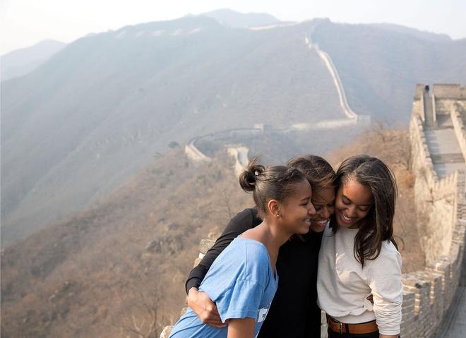 Nhung hinh anh dang nho nam 2014 cua Tong thong Obama hinh anh 12 Phu nhân Michelle bên hai con gái Sasha và Malia khi họ tham quan Vạn lý trường thành ở Trung Quốc ngày 23/3.