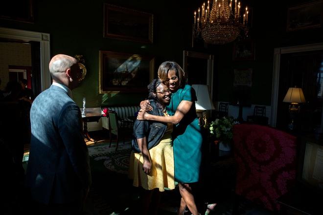 Nhung hinh anh dang nho nam 2014 cua Tong thong Obama hinh anh 14 Phu nhân Michelle ôm một vị khách tại phòng Xanh ở Nhà Trắng vào ngày 27/2.
