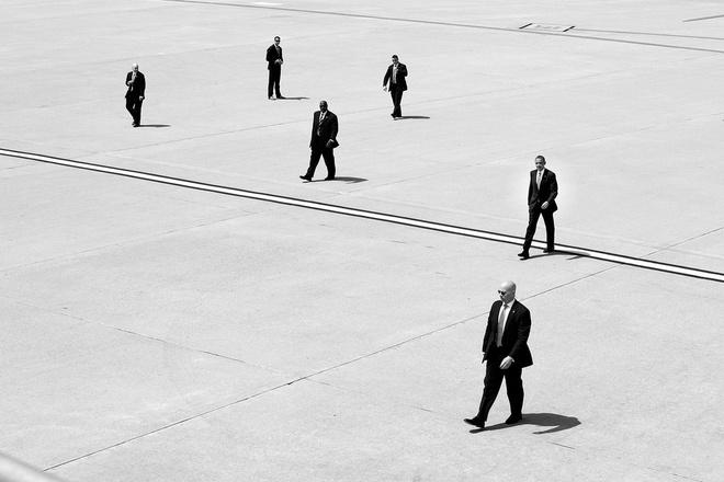 Nhung hinh anh dang nho nam 2014 cua Tong thong Obama hinh anh 9 Tổng thống Obama đi giữa các nhân viên mật vụ khi ông chuẩn bị lên chiếc Không lực 1 đậu tại sân bay quốc tế Los Angeles, bang California, ngày 8/5.