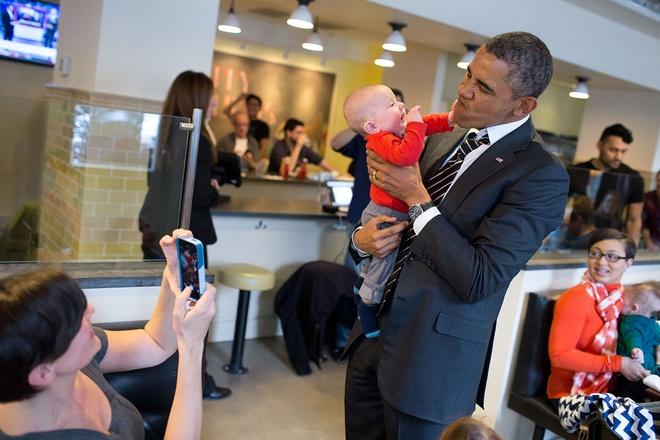 Nhung hinh anh dang nho nam 2014 cua Tong thong Obama hinh anh 1 Tổng thống Obama bế một em bé khi ông đến một nhà hàng ở thủ đô Washington ngà 10/1.