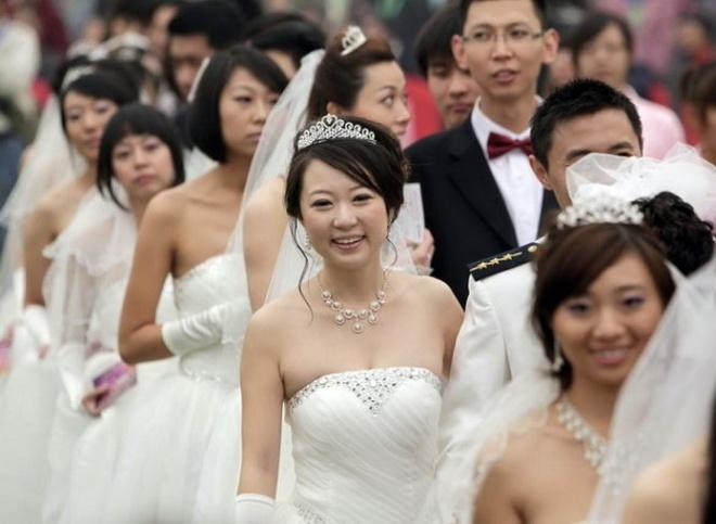 Các cô dâu Trung Quốc trong một đám cưới tập thể ở Bắc Kinh. Ảnh: IBTImes