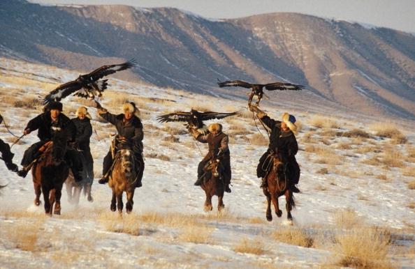 Mot ngay di san cung dai bang tren cao nguyen hinh anh 4 Một cuộc đi săn có thể kéo dài nhiều ngày. Họ cưỡi ngựa đi qua những rặng núi tuyết để phát hiện con mồi.