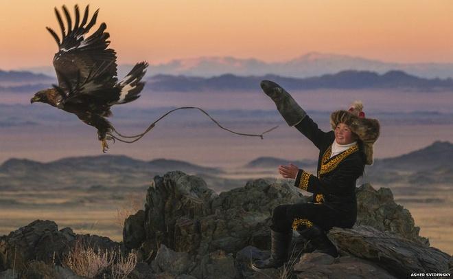 Mot ngay di san cung dai bang tren cao nguyen hinh anh 9 Những bé trai Kazakhstan bắt đầu học cách làm thân với đại bàng từ khi 13 tuổi. Trong khi đó, cô bé Ashol-Pan là một trong số ít những nữ thợ săn ở đất nước này. Bố của Ashol-Pan cũng là một thợ săn cừ khôi của bộ tộc.