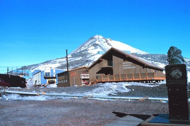 """Cuoc song khac nghiet nhung thu vi tai Nam Cuc hinh anh 7 Trong đó, trạm nghiên cứu McMurdo của Mỹ dần trở thành một thị trấn biên giới băng giá với hơn 1.200 nhân viên """"đồn trú"""" tại đây vào dịp hè và khoảng 250 chuyên gia ở lại đây trong những ngày đông lạnh thấu xương, theo The Independent. Tuy vậy, trạm McMurdo cũng có quán bar, thậm chí là một máy rút tiền tự động. Ảnh: Wikipedia"""
