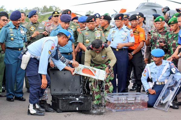 Nguồn tin ở Indonesia cho biết tình trạng hộp đen vẫn tốt để tiến hành phân tích. Trong khi đó, Indonesia cũng đã xác định được vị trí hộp đen còn lại là bộ phận ghi âm giọng nói đang chìm dưới biển. Nó nằm cách 20 mét từ nơi phát hiện hộp đen đầu tiên. Máy ghi âm buồng lái lưu giữ các âm thanh trong buồng lái, gồm các cuộc trò chuyện của các phi công. Ảnh: Twitter