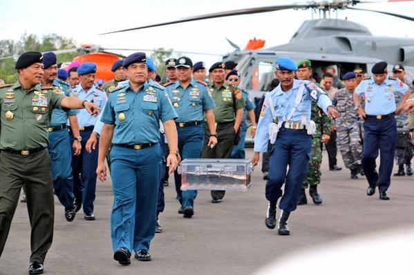 Đại tướng Moeldoko, Tổng Tư lệnh Quân đội quốc gia Indonesia cùng đoàn binh sỹ đã mang hộp đen chứa dữ liệu chuyến bay QZ8501 từ nơi vớt được ở biển Java về đất liền tại thị trấn Pangkalan Bun. Ảnh: Twitter