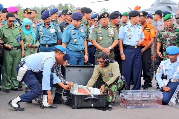 Người đứng đầu ủy ban an toàn giao thông Indonesia cho biết hộp đen sẽ được chuyển về thủ đô Jakarta ngay lập tức để các chuyên gia phân tích dữ liệu. Theo Channel News Asia, việc phân tích sẽ diễn ra ngay trong đêm nay và dự kiến có kết quả trong 2 ngày. Ảnh: Twitter