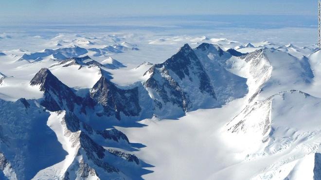 Cuoc song khac nghiet nhung thu vi tai Nam Cuc hinh anh 1 Nam Cực là lục địa hoang dã, khô cằn và lạnh lẽo nhất trên trái đất. Trạm lạnh nhất tại đây là Halley, với nhiệt độ vào mùa đông ở khoảng -50 độ C và mùa hè là -10 độ C. Trong khi đó, nền nhiệt tại trạm South Georgia ấm hơn nhiều, với mùa hè có thể lên tới 15 độ C và mùa đông hiếm khi dưới -12 độ C. Ảnh: CNN
