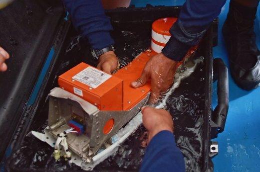 Hộp đen ghi dữ liệu chuyến bay QZ8501 đã được vớt lên vào hôm qua (12/1). (Ảnh: EPA