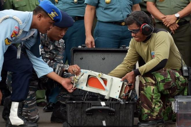 Xac dinh vi tri dong co may bay AirAsia QZ8501 hinh anh 1  Hộp đen đã được vớt lên ngày 12/1. Ảnh: Reuters