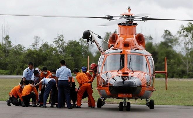 Mot nam nua moi cong bo ket qua dieu tra ve QZ8501 hinh anh 1 Nhân viên cứu hộ Indonesia đưa thi thể nạn nhân trên chuyến bay QZ8501 lên trực thăng hôm 31/12. Ảnh: Channel News Asia