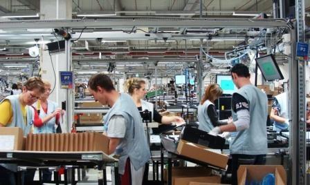 Nhung quoc gia sieng nang nhat the gioi hinh anh 1 Cộng hòa Slovakia: 1.786 giờ làm việc/người/năm. Công nhân làm việc tại nhà máy Foxconn (nơi lắp ráp các sản phẩm của hãng Apple) ở Slovakia. Kể từ sau khi Liên Xô tan rã, người dân Slovakia vẫn là một trong những dân tộc cần cù và làm việc chăm chỉ nhất thế giới để xây dựng nền kinh tế sau khi độc lập. Tỉ lệ thất nghiệp của nước này đạt đỉnh điểm là 19% vào năm 1999. Tình hình suy thoái toàn cầu gần đây khiến tỉ lệ này của Slovak dao động khoảng 13%. Tuy nhiên, những người có việc làm đều nỗ lực hết sức mình. Ngoài ra, người dân Slovakia đối mặt với cảnh công việc bấp bênh vì các công ty thường không muốn ký hợp đồng lâu dài với nhân công, thường xuyên tuyển lao động giá rẻ. Nhà máy Foxconn từng bị chỉ trích sau khi sa thải hàng trăm công nhân ở Slovakia để tuyển mới. Ảnh: foxconnslovakia.sk